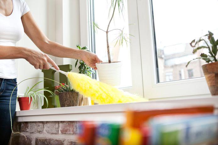 Marja Middeldorp vindt de plumeau ook 'een fijn ding' om het huis mee te stoffen.