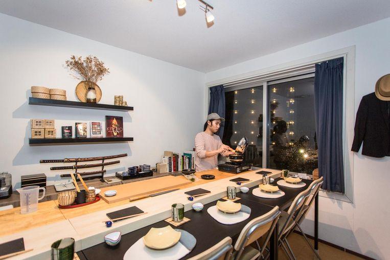 Kitsanin Thanyakulsajja heeft zijn woonkamer omgebouwd tot mini-eetzaal. Aan de bar kunnen zes mensen zitten. Beeld Dingena Mol