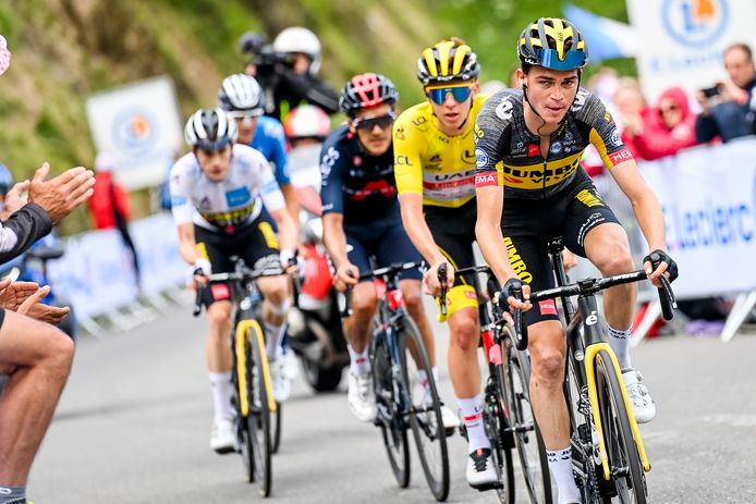 Sepp Kuss geeft het tempo aan, in zijn wiel Tadej Pogacar, Richard Carapaz, ploeggenoot Jonas Vingegaard en Enric Mas.