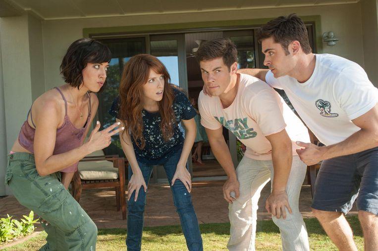 Anna Kendrick (tweede van links) en Zac Efron (uiterst rechts) speelden eerder al samen in de film 'Mike and Dave Need Wedding Dates'.