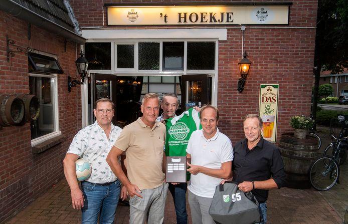 Zaalvoetbalclub FC 't Hoekje heeft er vier ereleden bij. Zij maken plaats voor nieuwe bestuursleden. Vlnr: René Vehof, Fred Lubbers, Alfons Hampsink, Bert-Jan Nusmeier en René van der Zande.