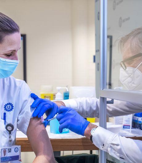 Eerste medewerkers van UMC zijn gevaccineerd: 'Ik snak naar een knuffel van mijn opa'