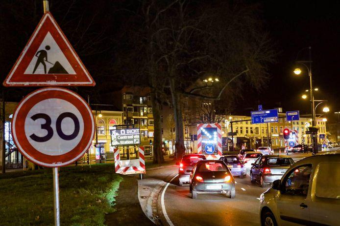 De file in Arnhem vanwege de gesloten Willemstunnel.