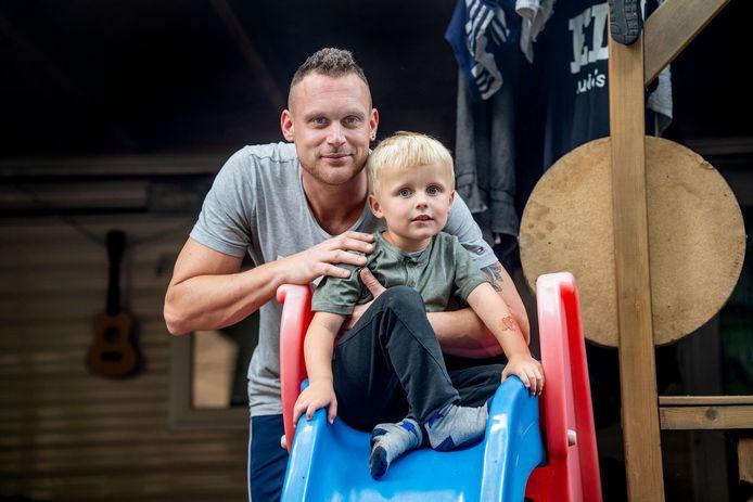 Frank Klaassen met zijn zoontje Tygo. Ze hebben een vaste plek op camping Wighenerhorst maar moeten na dit seizoen weg. De camping wordt opgeheven.