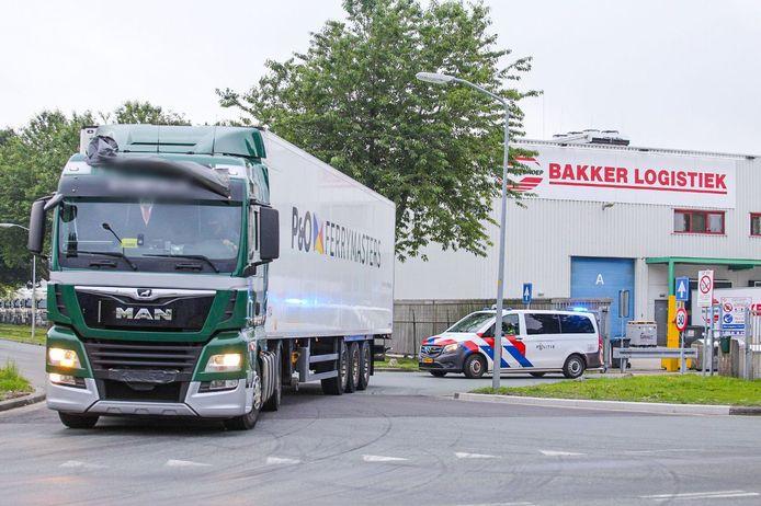 De truck is weggehaald van de parkeerplaats bij Bakker Logistiek in Zeewolde. De politie vervolgt het onderzoek op een andere locatie.