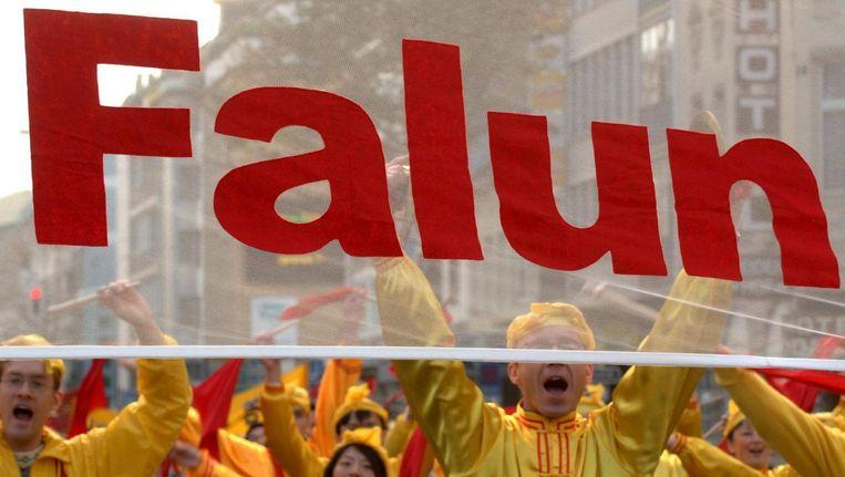 Supporters van de Falun Gong-beweging protesteren in 2005 in Düsseldorf tegen mensenrechtenschendingen, ten tijde van het bezoek van de toenmalige Chinese president Hu Jintao aan Duitsland. Beeld epa