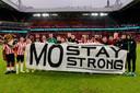 De selectie van PSV poseert met de steunbetuiging aan het adres van Mohamed Ihattaren.