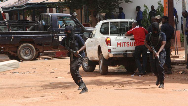 Malinese troepen in actie aan het Radisson-hotel in Bamako. Beeld PHOTO_NEWS