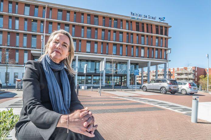 """Directeur Carina Hilders van het Reinier de Graaf ziekenhuis: ,,Met de corona-piek op komst, moeten we extra zuinig omgaan met middelen en mankracht."""""""