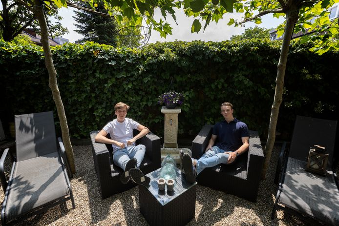 Loek Swaak (links) uit Eindhoven en Daan Loots (rechts) uit Leende merkten als 18-jarigen hoe de stress toeslaat als een cryptomunt ineens  in waarde daalt.