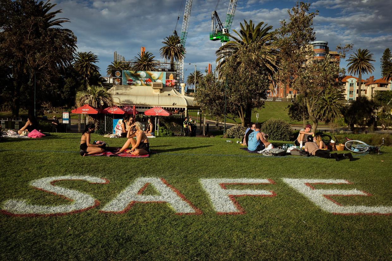 Op het St. Kilda-strand in Melbourne  gelden strenge regels voor social distancing.  Beeld Darrian Traynor / Getty Images