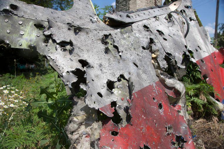 Een brokstuk van vlucht MH17 in een veld in Oost-Oekraïne. Beeld ap