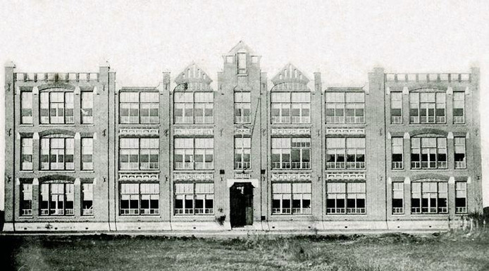 De voormalige Teeken- en Ambachtsschool aan de Catharinastraat werd later afgebroken en exact nagebouwd op basis van deze foto, tot woongebouw.