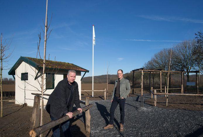 Guido Ariessen (links) en Emiel Stam bij de rustplaats voor wandelaars van het Pieterpad.