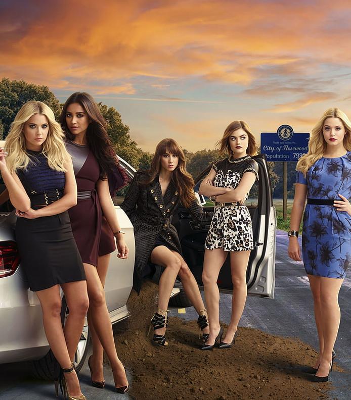 Benson (uiterst links) en de cast van Pretty Little Liars.