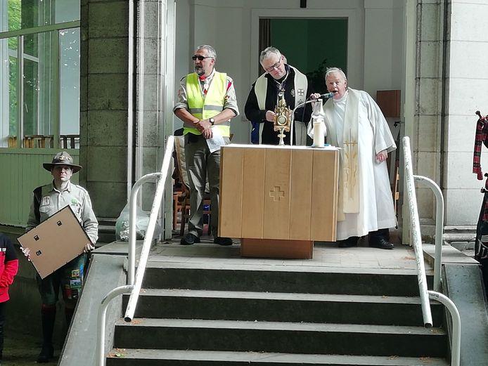 Pater André heette de wandelaars welkom bij de koepelkapel.