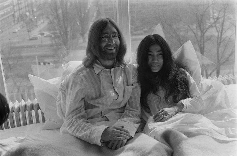 John Lennon en Yoko Ono gefotografeerd in hun suite in het Amsterdamse Hilton hotel. Beeld ANP