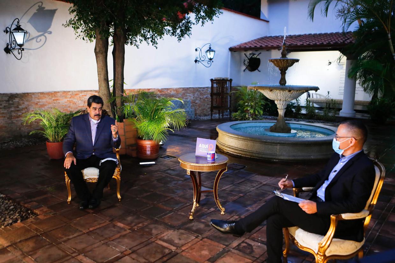 De Venezolaanse president Nicolas Maduro (links) benadrukte tijdens een interview eind augustus nog dat hij 'geen seconde zal aarzelen' om oppositieleider Juan Guaidó te laten arresteren als justitie hem daarom om vraagt. Beeld AFP
