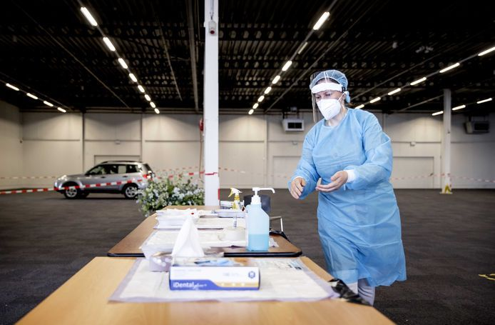 Medewerkers van de GGD in Utrecht nemen coronatesten af in een teststraat in Houten.
