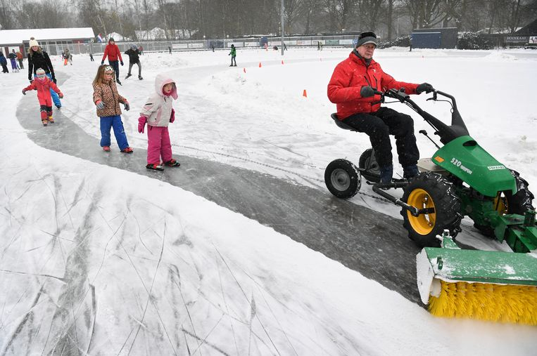 Kinderen en jongeren schaatsen op de ijsbaan in het Utrechtse Doorn, die is opengegaan na een nacht hard werken door vrijwilligers. Alleen kinderen van leden mogen het ijs op, vanwege de coronamaatregelen.  Beeld Marcel van den Bergh / de Volkskrant