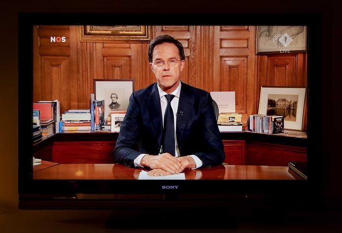 Premier Mark Rutte legde aan de bevolking uit dat de Nederlandse regering de coronacrisis aanpakt door een gecontroleerde groepsimmuniteit op te bouwen.