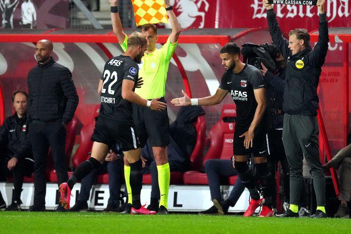Timo Letschert snelt van het veld bij zijn vroege wissel tegen FC Twente.