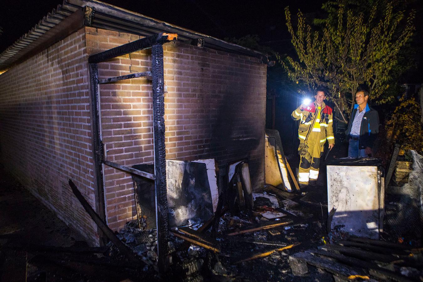 Veel schade door brand aan schutting in Schijndel.