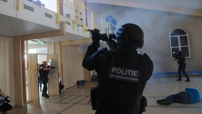 Door anti-terreuroefeningen als deze raken politie en andere hulpverleners op elkaar ingespeeld.