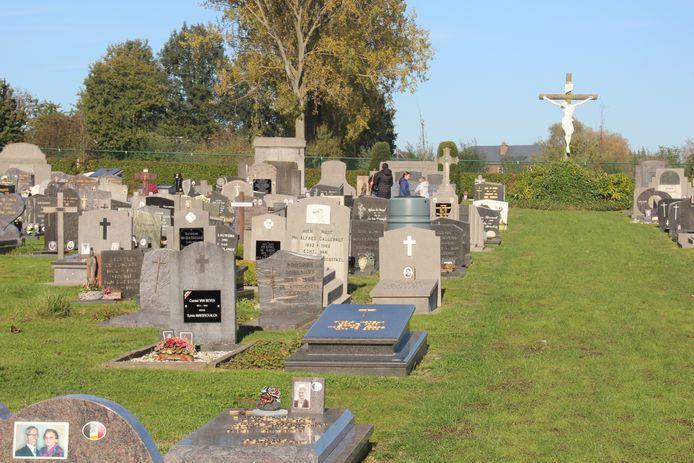 De ingegroende begraafplaats van Aaigem. - kerkhof