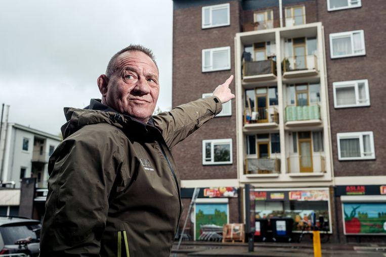 Bert Kops wijst in de Vrolikstraat naar het appartement waar hij, op driehoog, ter wereld kwam. Beeld Jakob van Vliet
