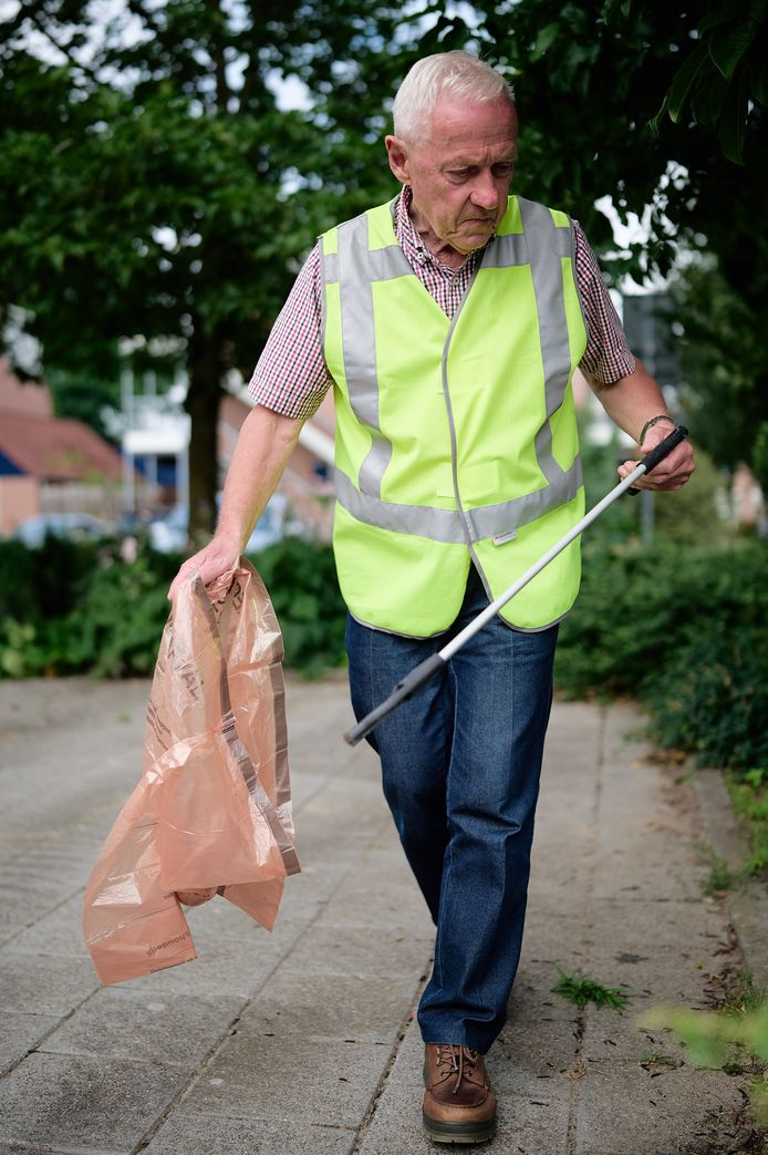 Karel houdt hij de omgeving rondom hun wooncomplex schoon door rommel op te ruimen.