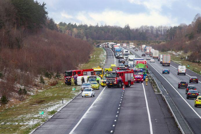 Het tweede ongeluk op de A1 waarbij een voertuig op de zijkant belandde.