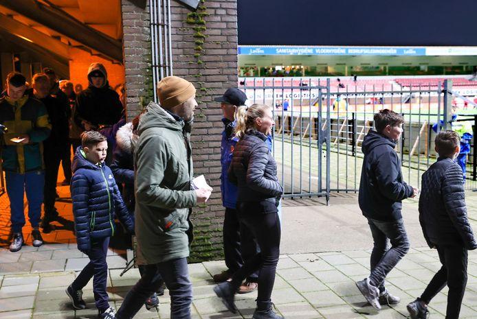 Het is alweer even geleden: Helmond Sport-supporters die een wedstrijd van hun club bezochten. Volgend seizoen moeten dat er meer zijn dan de afgelopen jaren.