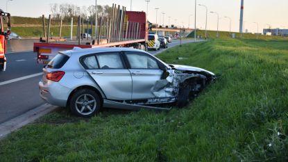 Autobestuurder gewond na aanrijding met vrachtwagen