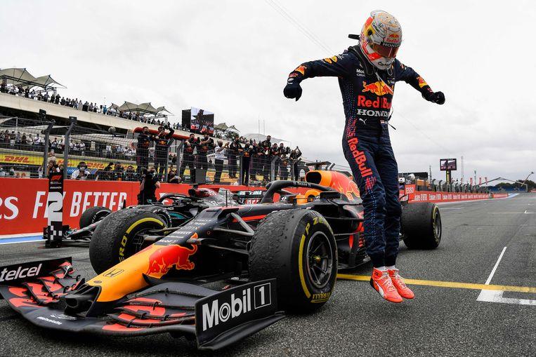 Max Verstappen springt na het winnen van de GP van Frankrijk uit zijn bolide Beeld AFP