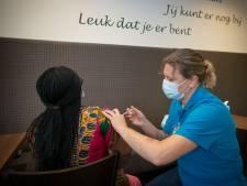 Met mobiele prikstraat en 'vaccinatie-bus' worden in Tilburg mensen bereikt die zich niet zo snel laten prikken
