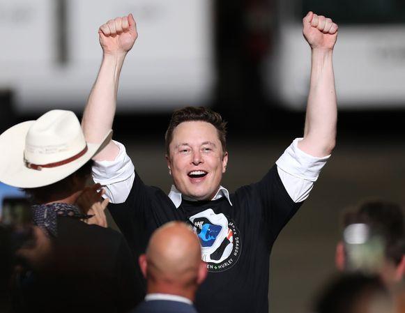Elon Musk viert de succesvolle lancering.