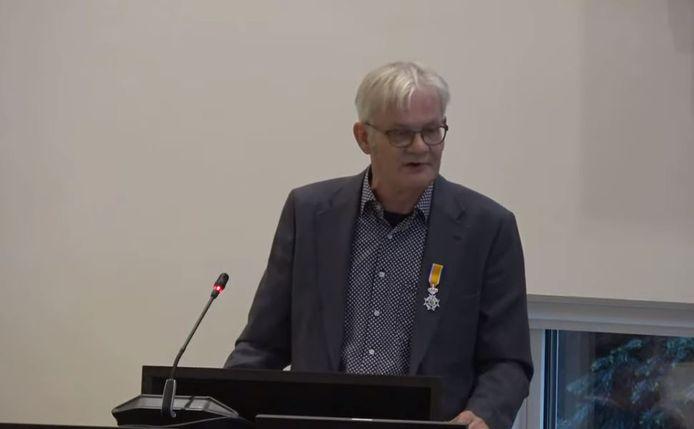 Karst Schuring - voortaan Lid in de Orde van Oranje Nassau - bij zijn afscheid van de gemeenteraad van Zeist.