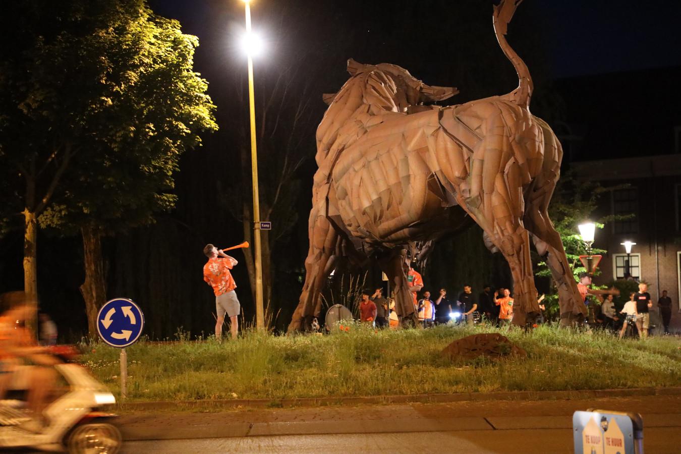Oranjefans vieren feest bij de Stier na de door Nederland gewonnen wedstrijd.