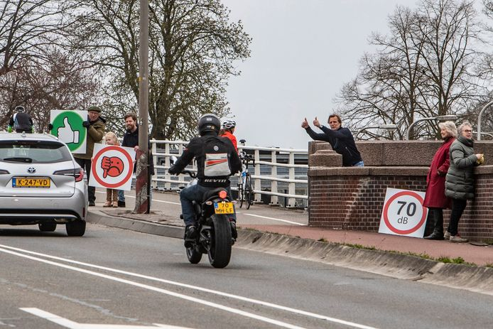 Een groep bewoners hield tijdens de paasdagen op de Wilhelminabrug een actie tegen het geluidsoverlast van motoren.