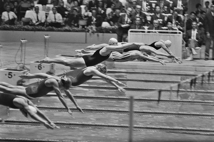 TOKIO - De start van de finale 100 meter vlinderslag bij de dames. Ada Kok zou het zilver winnen. Olympische Spelen 1964.
