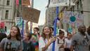 Melati Wijsen (midden) tijdens een klimaatprotest in de VS.