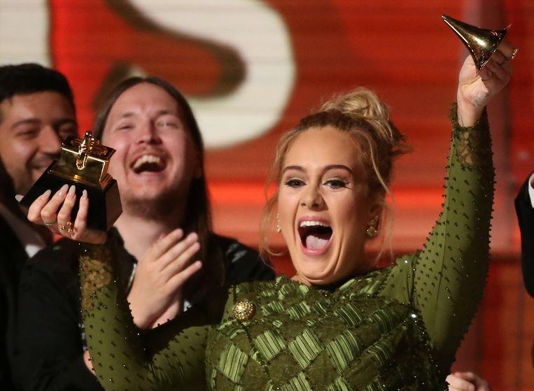 Adele breekt haar award in twee. Beeld REUTERS