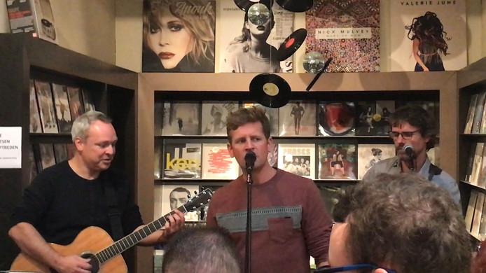 Racoon geeft een akoestisch optreden in boekhandel de Drukkerij in Middelburg.