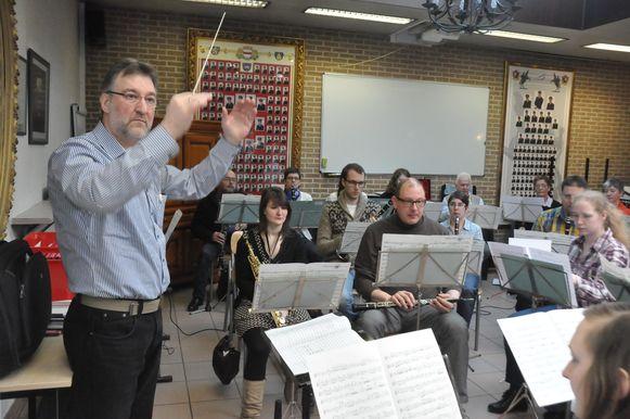 Patrick aan het werk als dirigent. Afgelopen weekend werd er nog druk gerepeteerd voor het optreden.