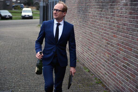 Minister Ben Weyts komt zijn fles champagne afgeven aan de politiezone Haacht