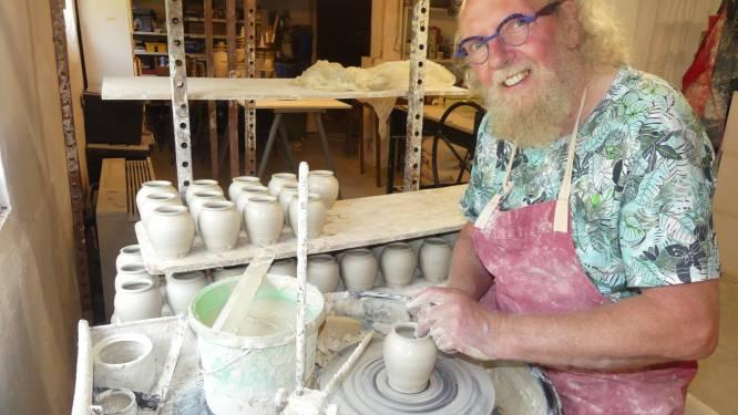 """REEKS UITSTERVEND RAS. Pottenbakker Paul Van Gompel (69) uit Meigem: """"Tijdens het klei draaien kom ik duizend vormen tegen"""""""