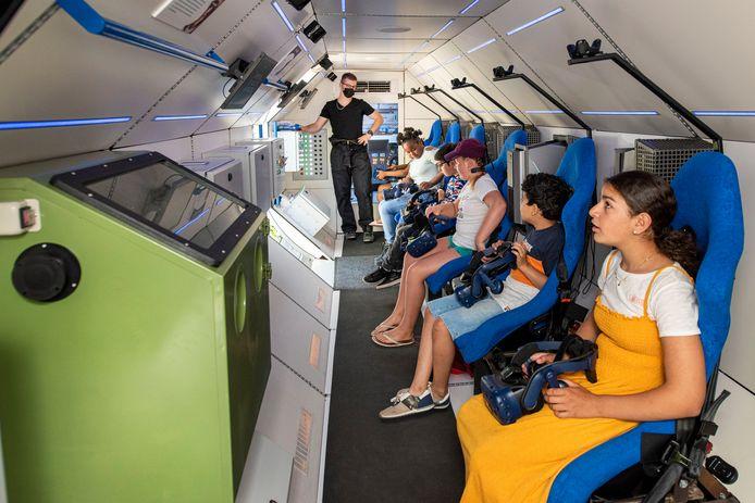 SpaceBuzz is een programma voor schoolkinderen die in deze les meer te weten komen over de aarde. André Kuipers neemt ze in een educatieve raket mee de ruimte in om zo meer over de aarde te leren.