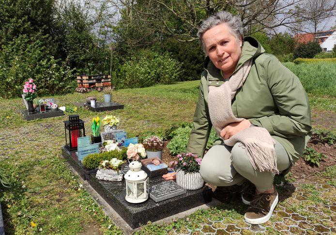 Mama Karlien Brulez bij het graf van haar zoon.