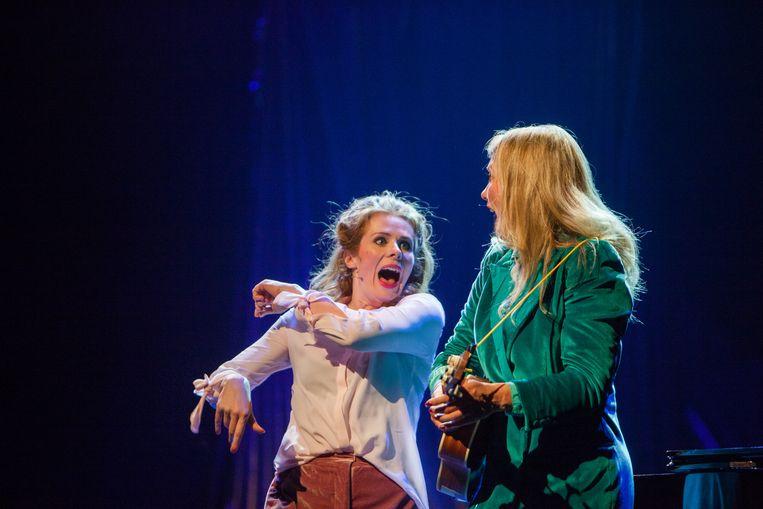 Christine de Boer (l) en Yentl Schieman (r) in Magie. Beeld Jaap Reedijk